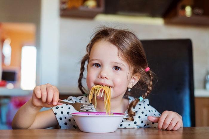 غذا خوردن کودک در آرامش